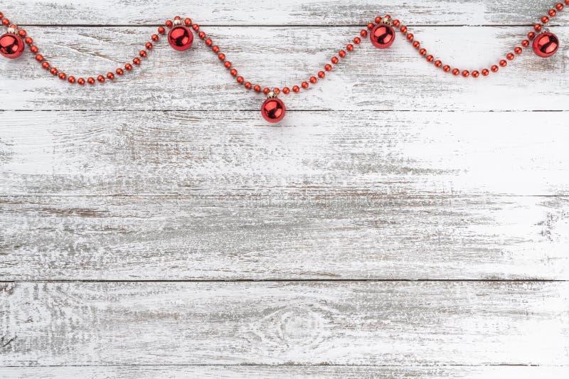 老木圣诞节背景 诗歌选和红色中看不中用的物品 Xmas贺卡 顶视图 您空间的文本 免版税库存照片