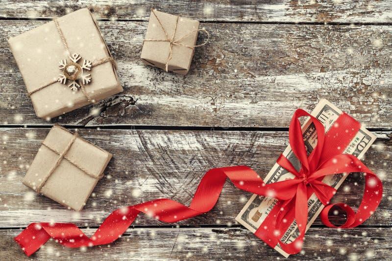 老木头、金钱装饰与红色松驰和礼物圣诞节背景  顶视图 免版税图库摄影