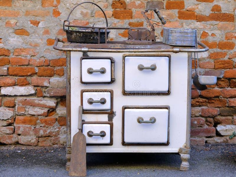 老木头燃烧的厨房 免版税图库摄影