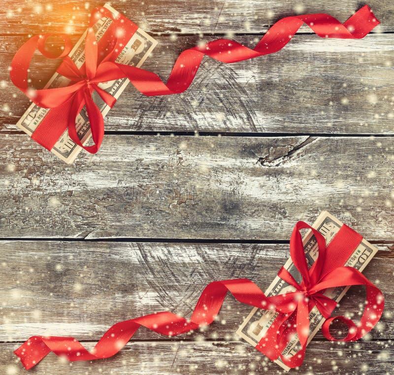 老木头,金钱圣诞节背景装饰与红色松驰 顶视图 库存照片