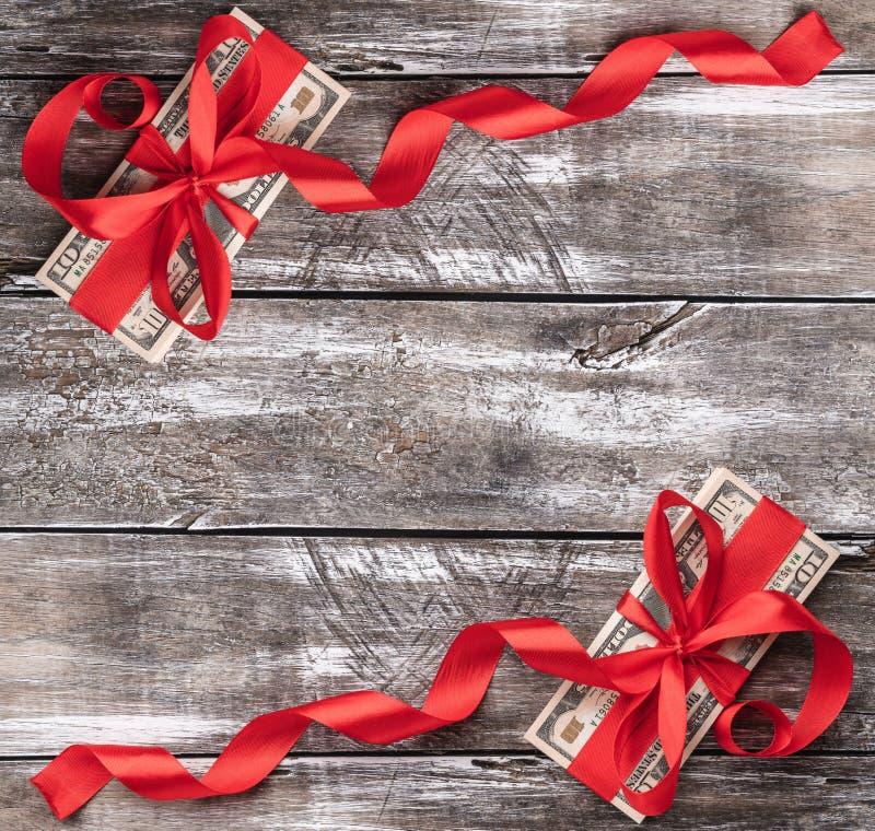 老木头,金钱圣诞节背景装饰与红色松驰 顶视图 Xmas正方形卡片 库存图片