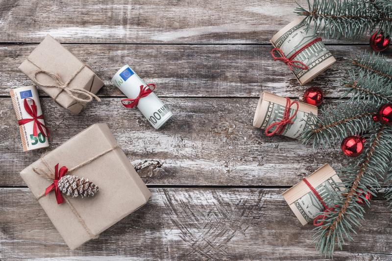 老木头Xmas背景  与美国和欧洲金钱的圣诞树 礼品节假日意大利罗马纪念品 顶视图 免版税库存图片
