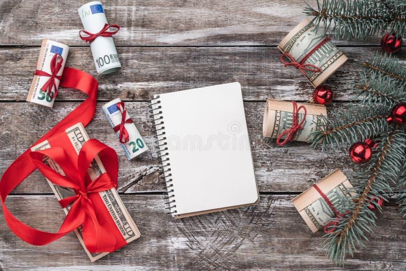 老木头Xmas背景  与美国和欧洲金钱的圣诞树 礼品节假日意大利罗马纪念品 免版税图库摄影