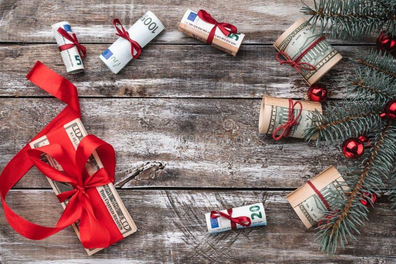 老木头Xmas背景  与美国和欧洲金钱的圣诞树 礼品节假日意大利罗马纪念品 库存图片