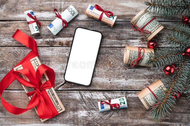 老木头Xmas背景  与美国和欧洲金钱的圣诞树 礼品节假日意大利罗马纪念品 免版税库存图片