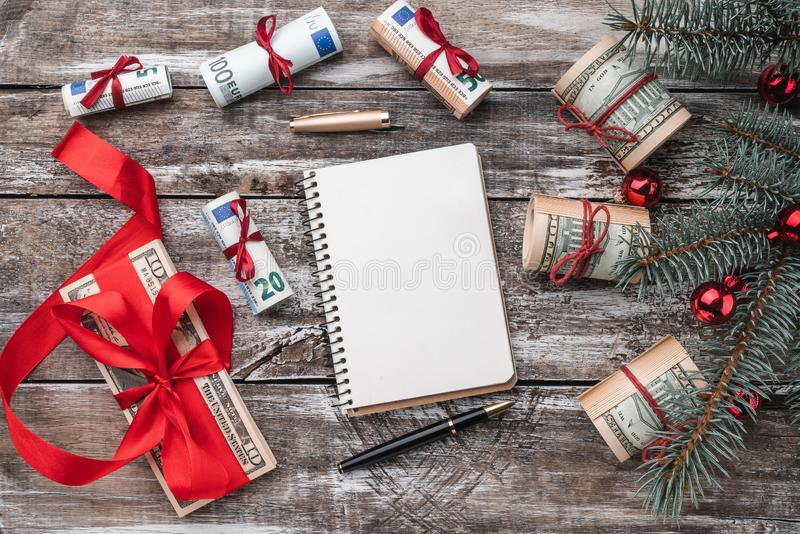 老木头Xmas背景  与美国和欧洲金钱的圣诞树 礼品节假日意大利罗马纪念品 库存照片