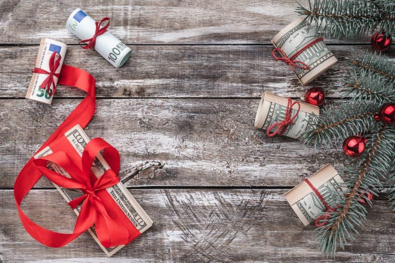 老木头Xmas背景  与美国和欧洲金钱的圣诞树 礼品节假日意大利罗马纪念品 免版税库存照片
