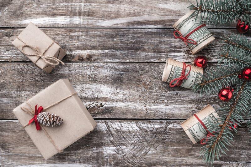 老木头Xmas背景  与美国金钱的圣诞树 礼品节假日意大利罗马纪念品 顶视图 免版税库存照片