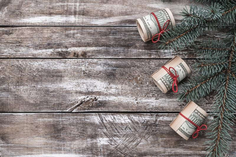 老木头Xmas背景  与美国金钱的圣诞树 库存图片