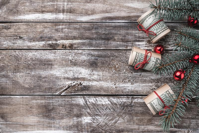 老木头Xmas背景  与美国金钱的圣诞树 免版税图库摄影