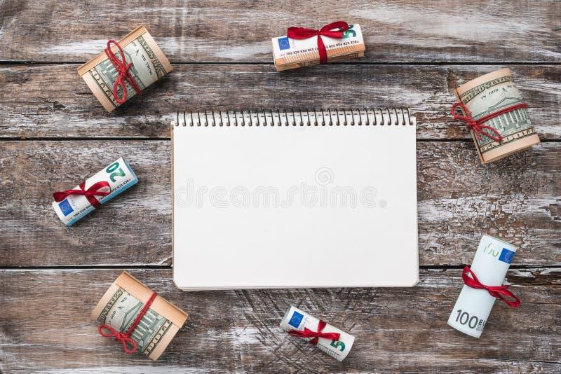 老木头Xmas背景  礼物在美国和欧洲金钱 礼品节假日意大利罗马纪念品 顶视图 在笔记本的文本空间 库存图片