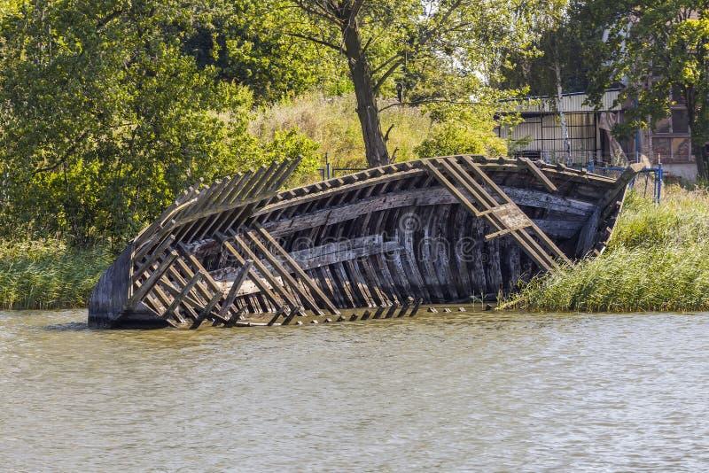 老木小船的击毁 免版税库存照片