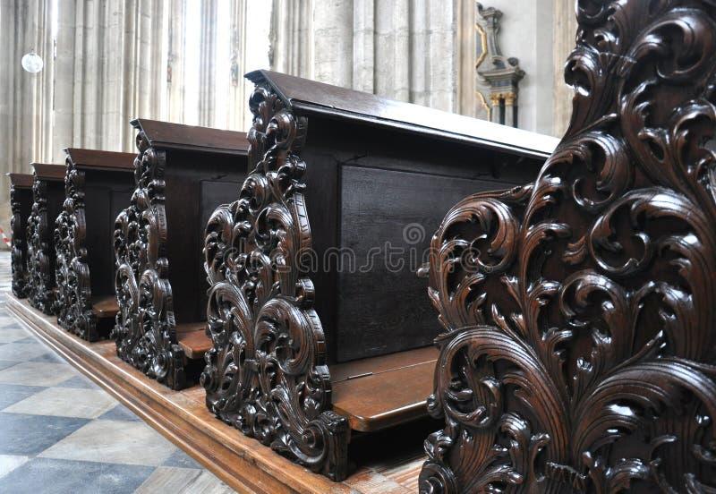 老木座位在教会里 免版税库存照片