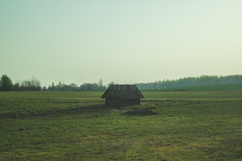 老木房子在乡下 房子站立单独在领域 库存照片