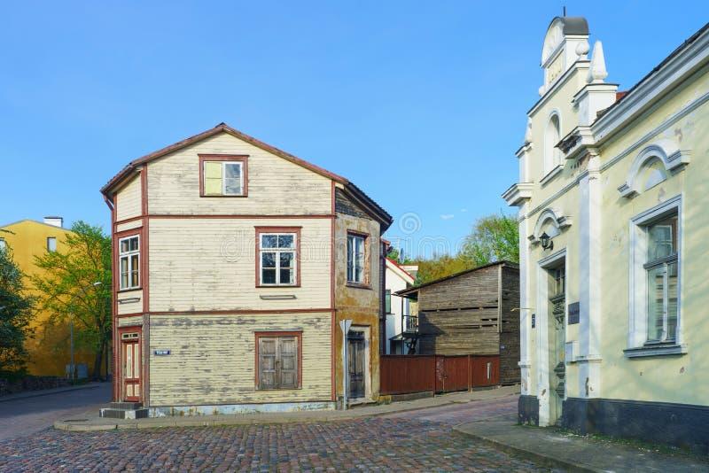 老木房子在文茨皮尔斯在拉脱维亚在春天 库存照片