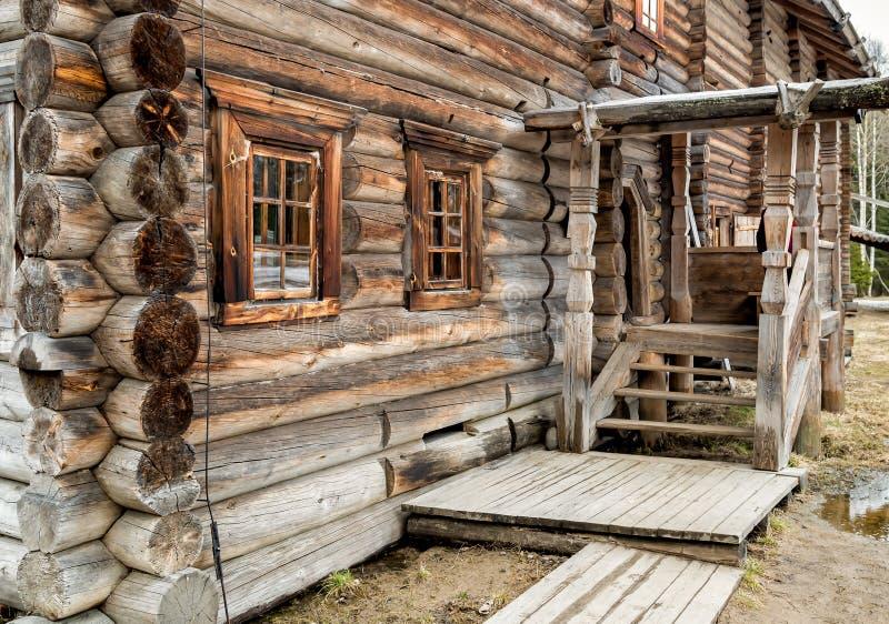 老木房子在森林 库存照片
