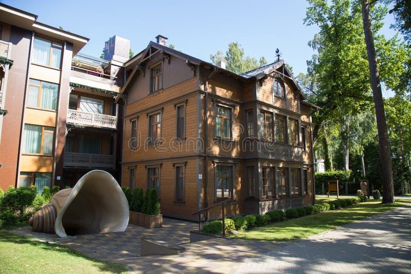 老木房子在Jurmala,拉脱维亚 库存图片