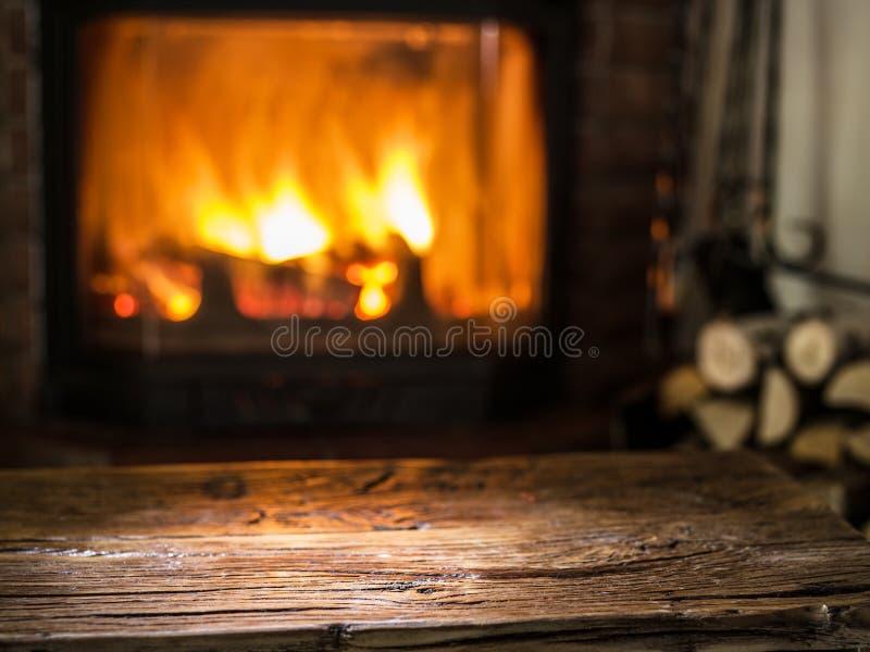 老木桌和壁炉与温暖的火 库存照片