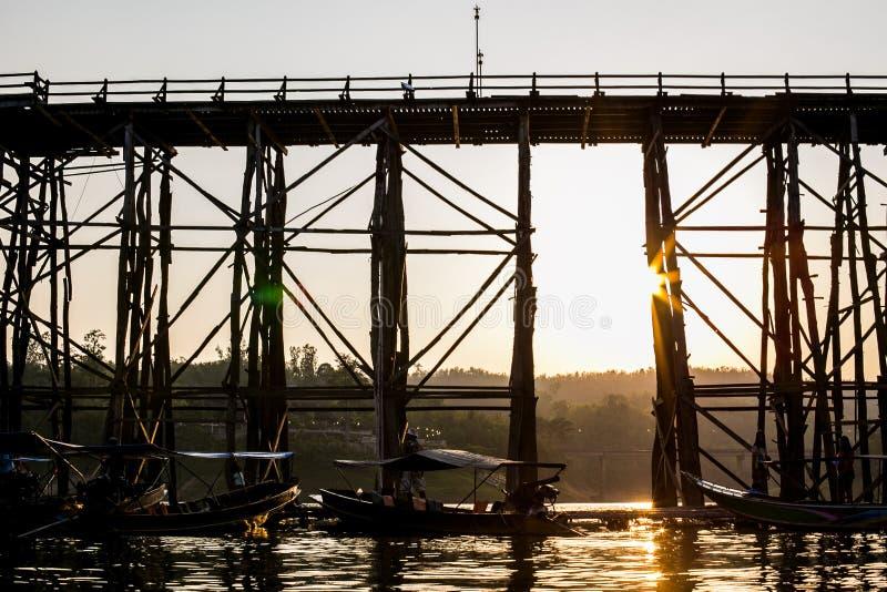 老木桥桥梁崩溃河上的桥和木头跨接星期一桥梁在sangklaburi, kanchanaburi,省 库存图片