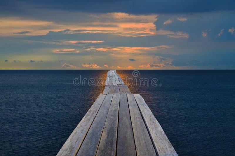 老木桥梁到海运里 免版税库存照片