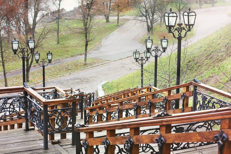 老木楼梯在公园 锻铁灯笼 库存照片