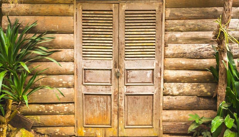 老木毂仓大门和木头墙壁 免版税库存照片