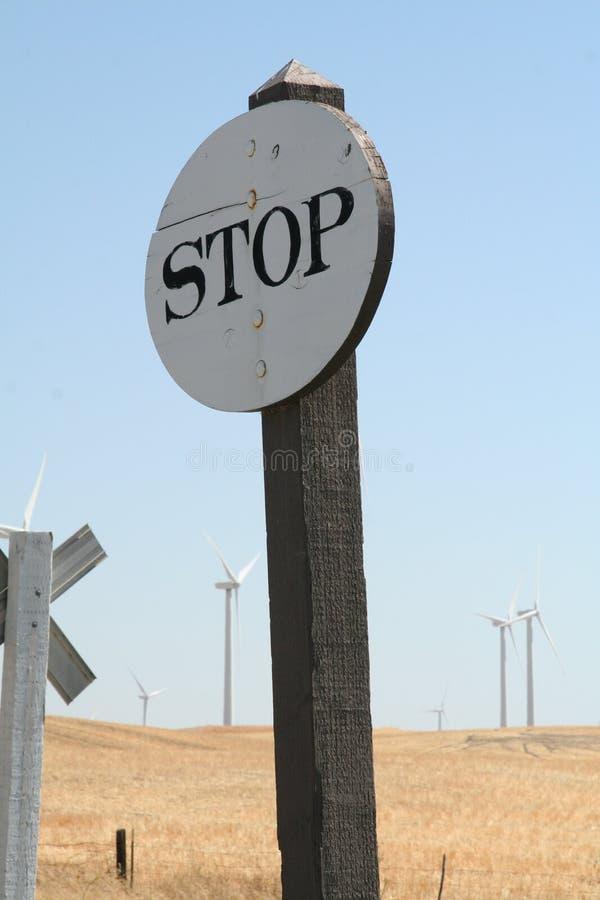 老木白色在风力场附近上色了停车牌 库存照片