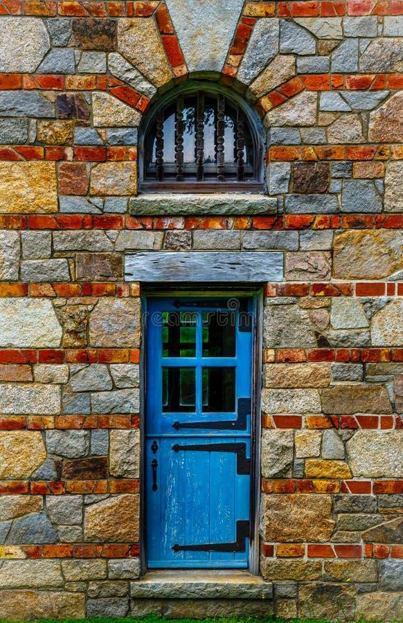 老木蓝色门在石警卫室 库存图片