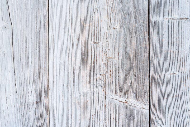 老木表面、被风化的白色油漆、木门、镇压、指关节、钉子、纹理和背景,空间的片段为 免版税库存照片