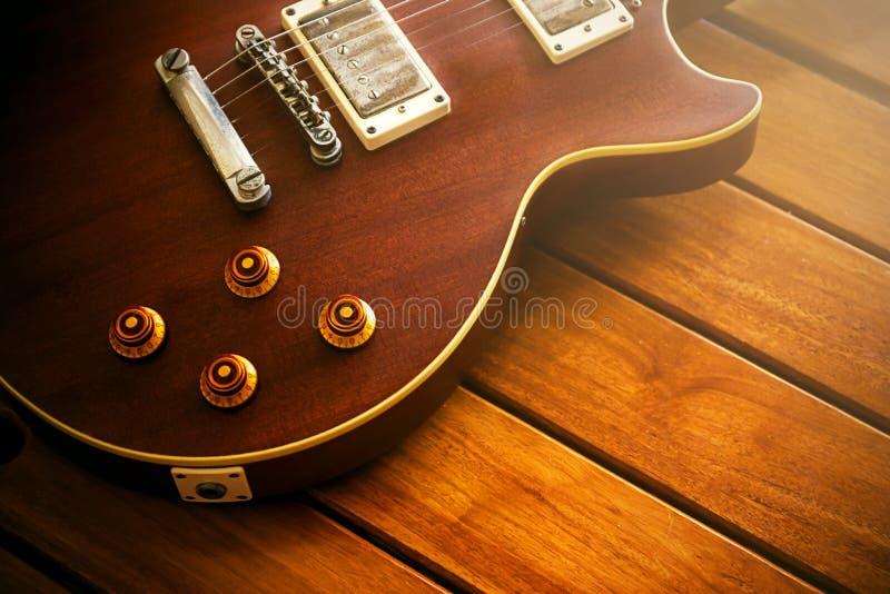 老木表面上的葡萄酒顶面吉他。 库存照片