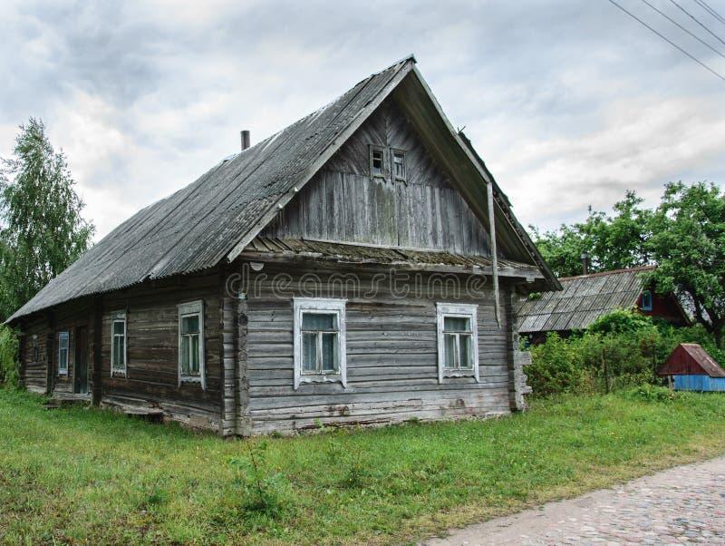 老木被风化的被放弃的房子在村庄 图库摄影