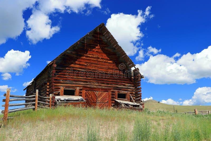老木谷仓在开放草原,沿道格拉斯湖路,不列颠哥伦比亚省的上部尼古拉谷 免版税图库摄影