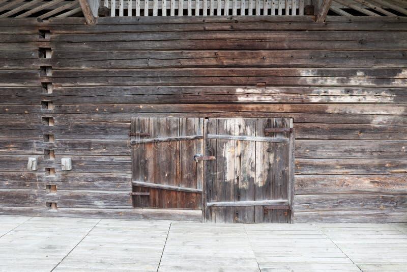老木谷仓墙壁和门 免版税库存照片