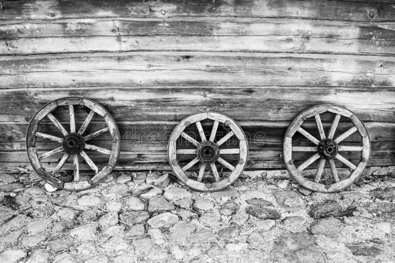 老木轮子的背景马推车的 库存图片