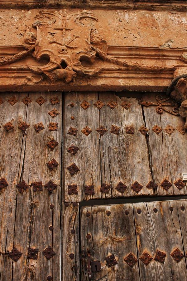 老木门和徽章圣洁侦查的 免版税库存图片