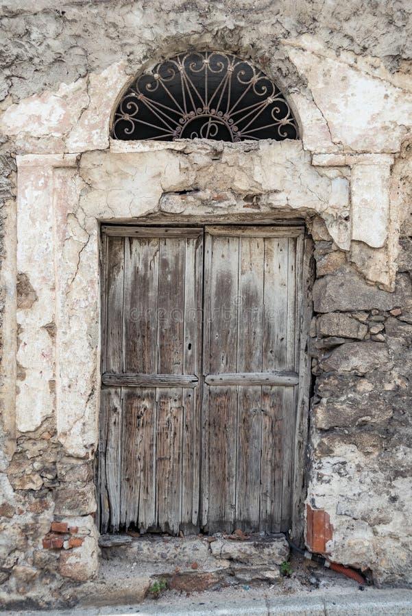 老木门 议院由石头做成,木头,在奥列纳,努奥罗,撒丁岛,意大利,欧罗巴 图库摄影