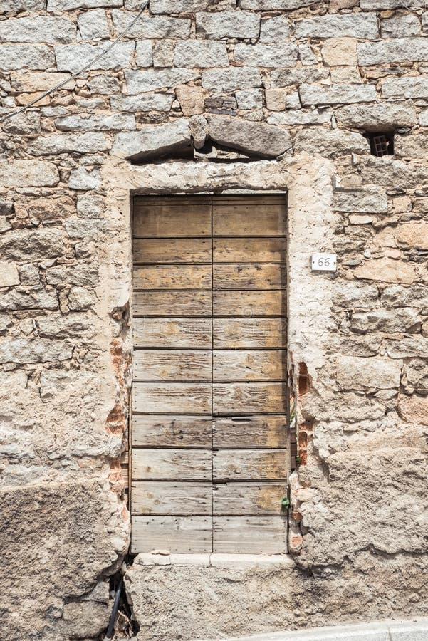 老木门 议院由石头做成,木头,在奥列纳,努奥罗,撒丁岛,意大利 库存图片
