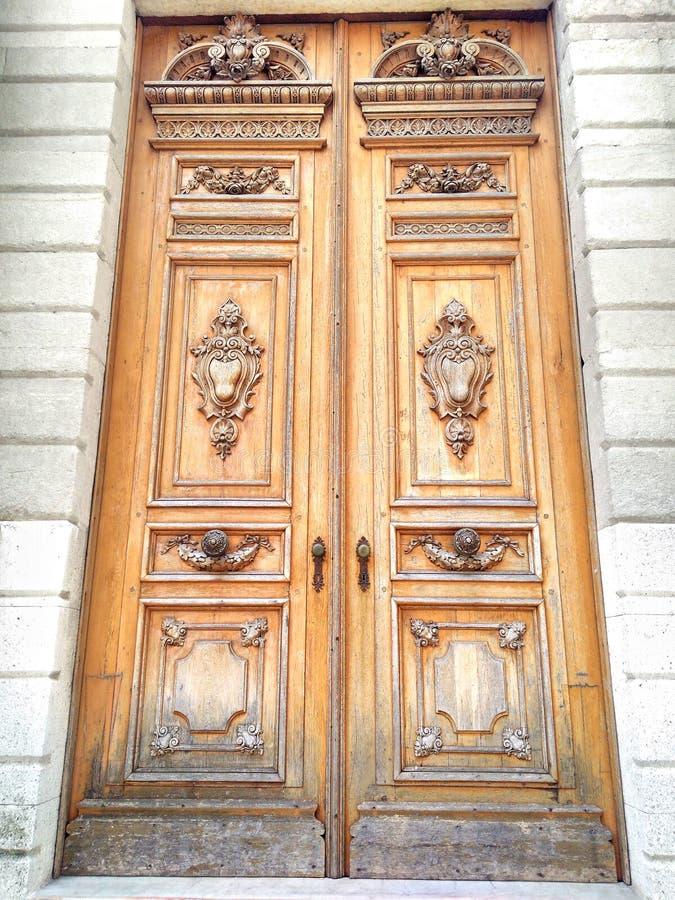 老木雕刻的门背景 免版税库存图片