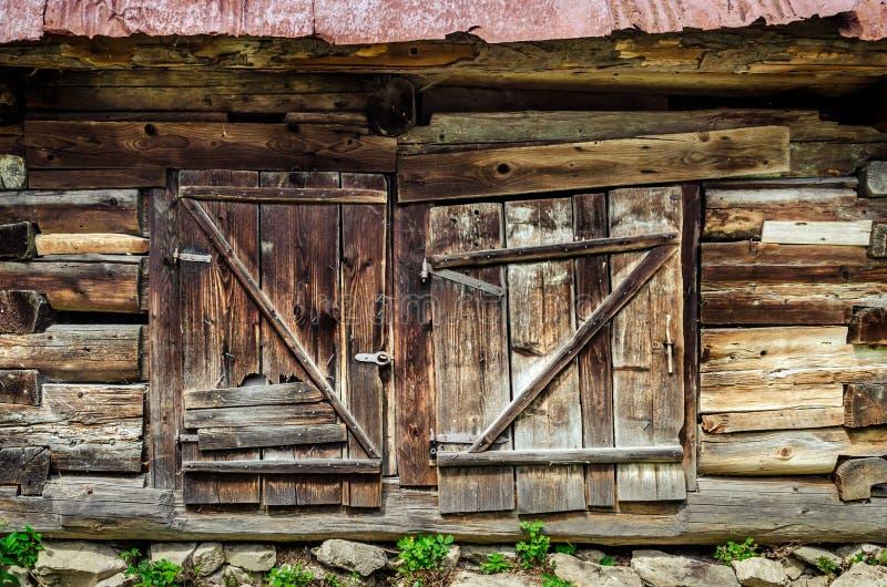 老木织地不很细和被风化的毂仓大门细节  库存图片