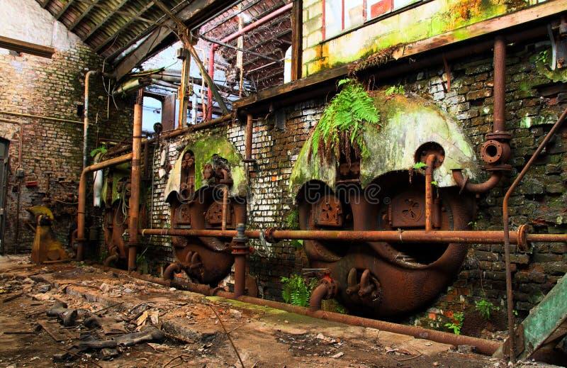 老机械在一家离开的工厂, urbex 免版税库存图片
