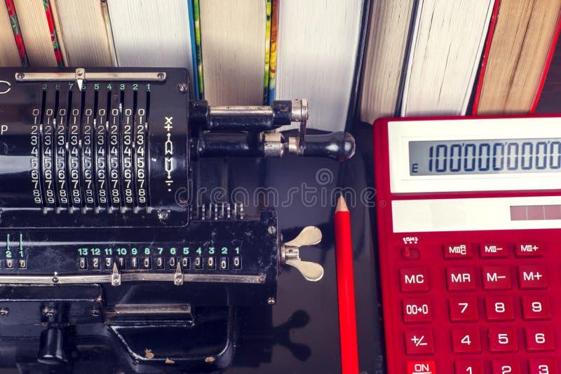 老机械手工计数的机器 免版税图库摄影