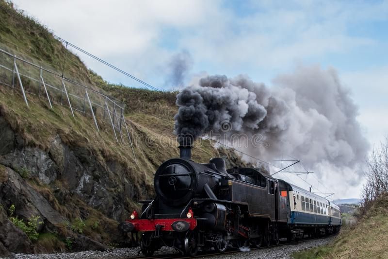 老机车,火车,生产蒸汽柱子  免版税图库摄影