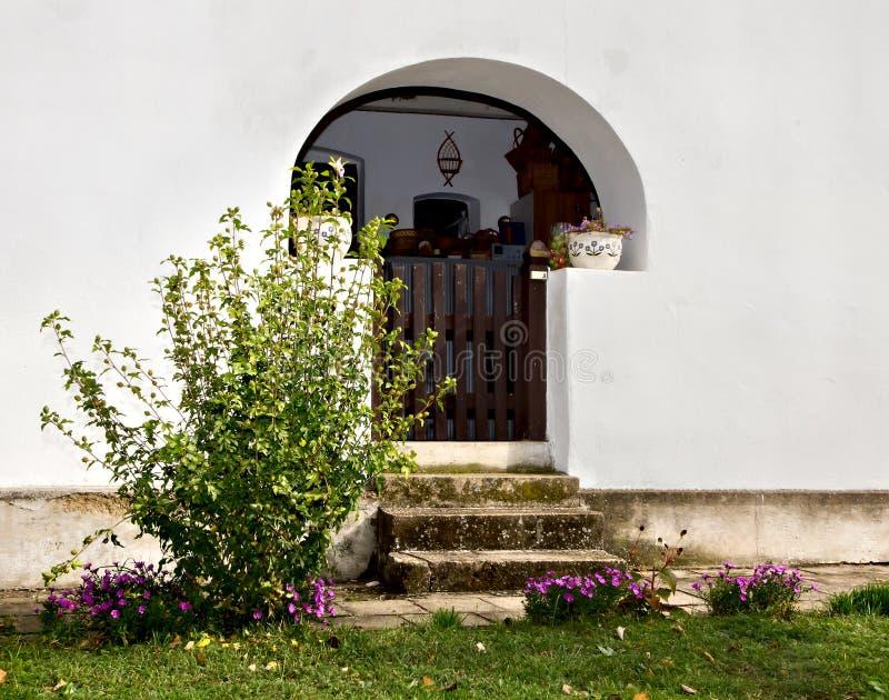 老村庄房子的入口 图库摄影