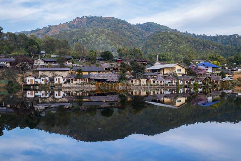 老村庄是反射Rak泰国村庄在Pai,夜丰颂,泰国 免版税库存图片