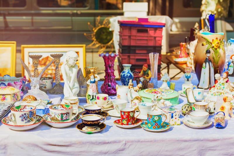 老杯子在跳蚤市场上 瓷瓷杯子 茶和咖啡具 免版税库存图片