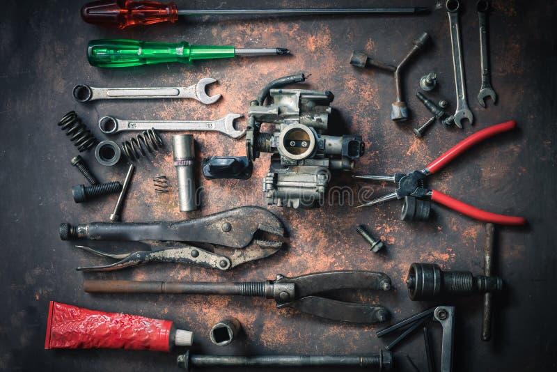 老板钳和工具和气化器在生锈的背景 Moto 库存图片