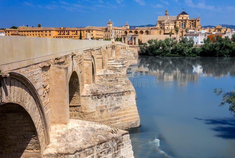 老桥梁在科多巴,西班牙 免版税库存图片