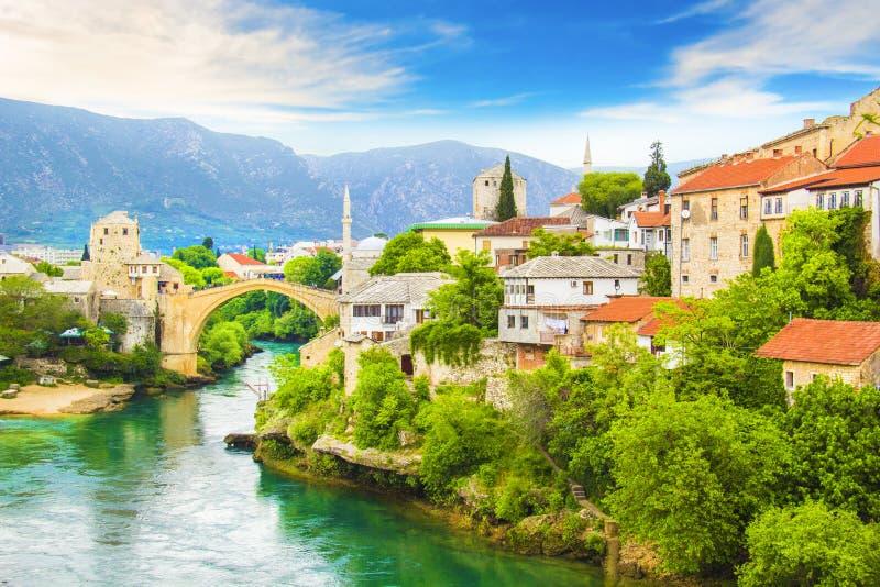 老桥梁的美丽的景色横跨Neretva河的在莫斯塔尔,波黑 免版税图库摄影