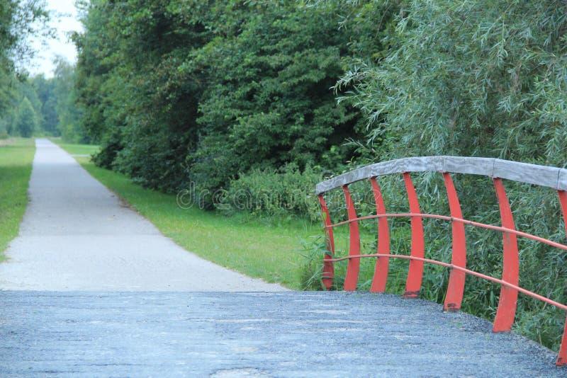 从老桥梁的长的道路 免版税图库摄影