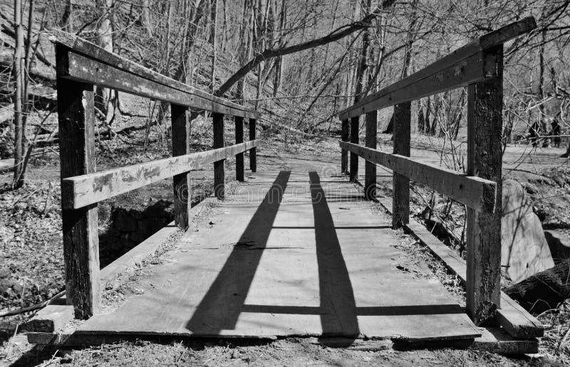老桥梁的黑白图象 免版税库存图片